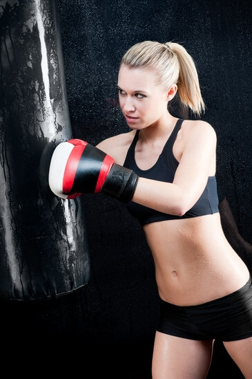 Eine Frau trainiert am Boxsack